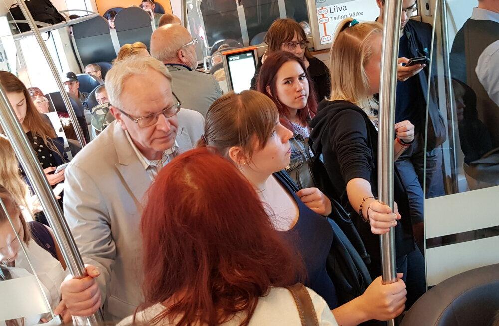 FOTOD | Olukord Elroni rongides ei ole paranenud! Reisijaid tuleb aina juurde suurele ruumipuudusele ja kitsikusele vaatamata