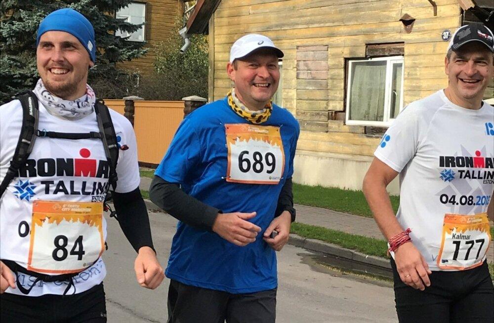 Raivo E. Tamm (keskel) koos triatloniklubi TriSmile klubikaaslaste Silver Miku ja Kalmar Kursiga eelviimasel kilomeetril Tartu linnamaratonil.