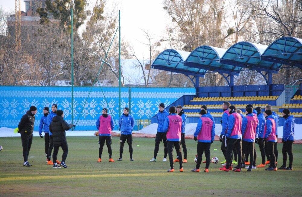 DELFI ARMEENIAS | Vihma käest räästa alla! Eesti jalgpallikoondist ootas Ukraina treeninglaagris halb üllatus
