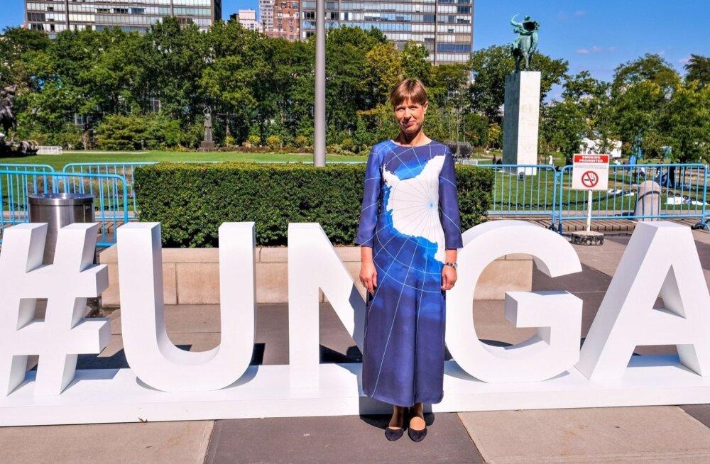 ANTARKTIKA-kleidiga ÜRO Peaassamblee (United Nations General Assembly) tähtede ees.