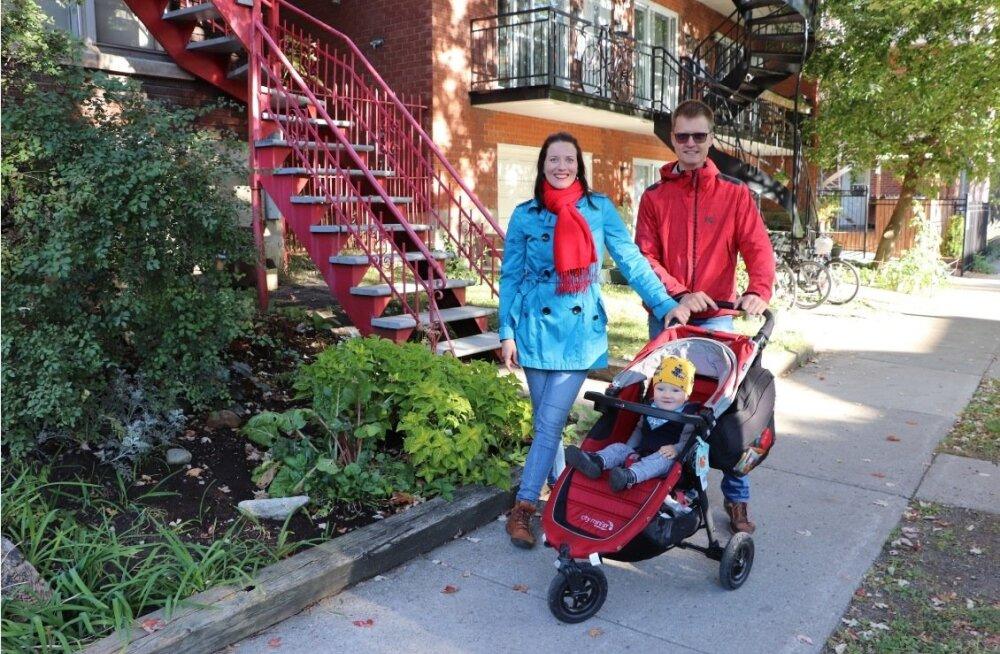 """Margit ja Uku Vainik oma Montréali kodu ees aastase pisipoja Theoga. """"Me haarame võimalustest kinni, kui vähegi suudame,"""" võtab Uku paari loo kokku."""