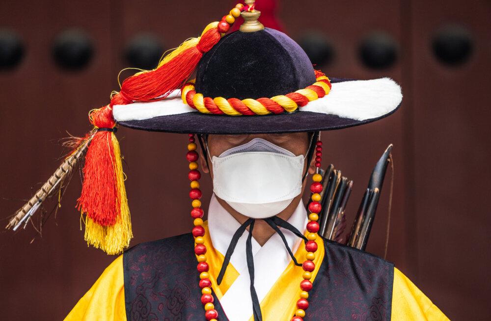 Охрана дворца в Сеуле тоже носит маски