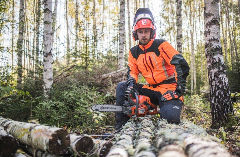 Helvis Koort eelistab töötada metsas, mitte kontoris. Et see töö ajaloo hõlma kaoks ja masinad selle täiesti üle võtaks, seda mees ei usu.