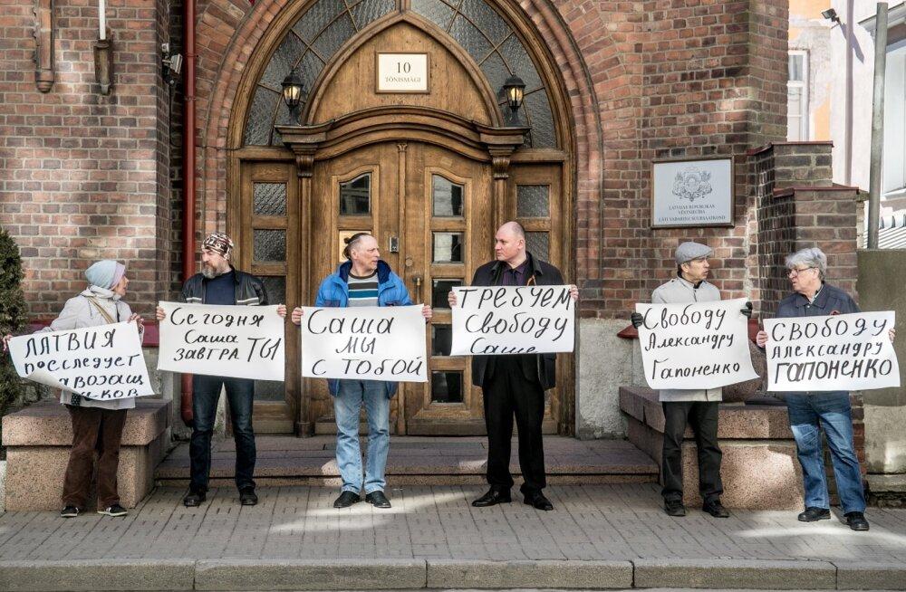 Vene rahvuslaste pikett Läti saatkonna ees