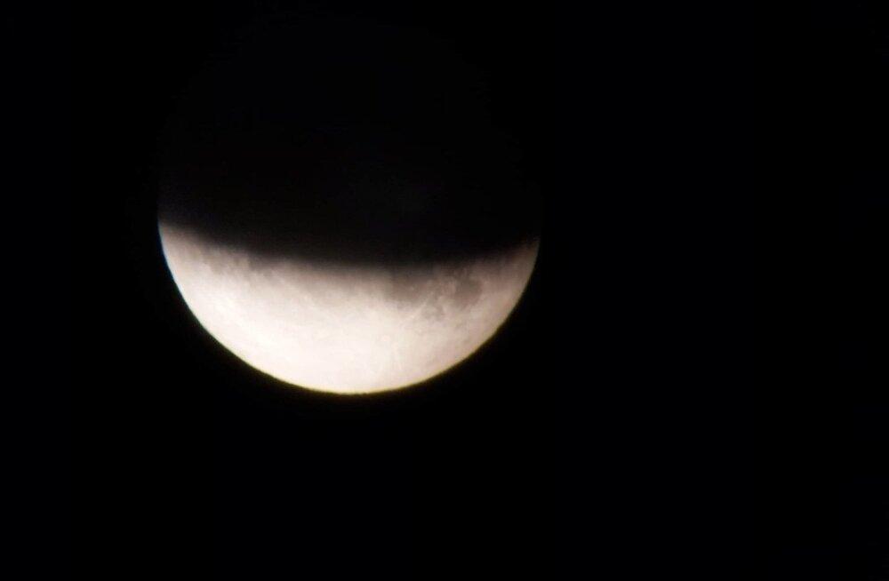ФОТО: Ночью в Эстонии можно было наблюдать частичное лунное затмение