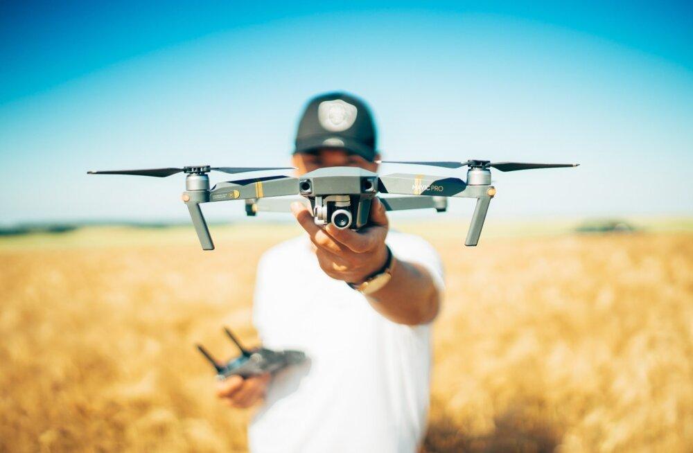 Jurist selgitab drooniõigust: teise isiku piilumine pole Eestis karistusseaduse järgi kuritegu