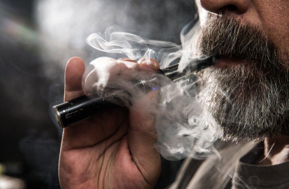 В Эстонию нелегально ввозят сотни литров опасной для жизни жидкости для сигарет