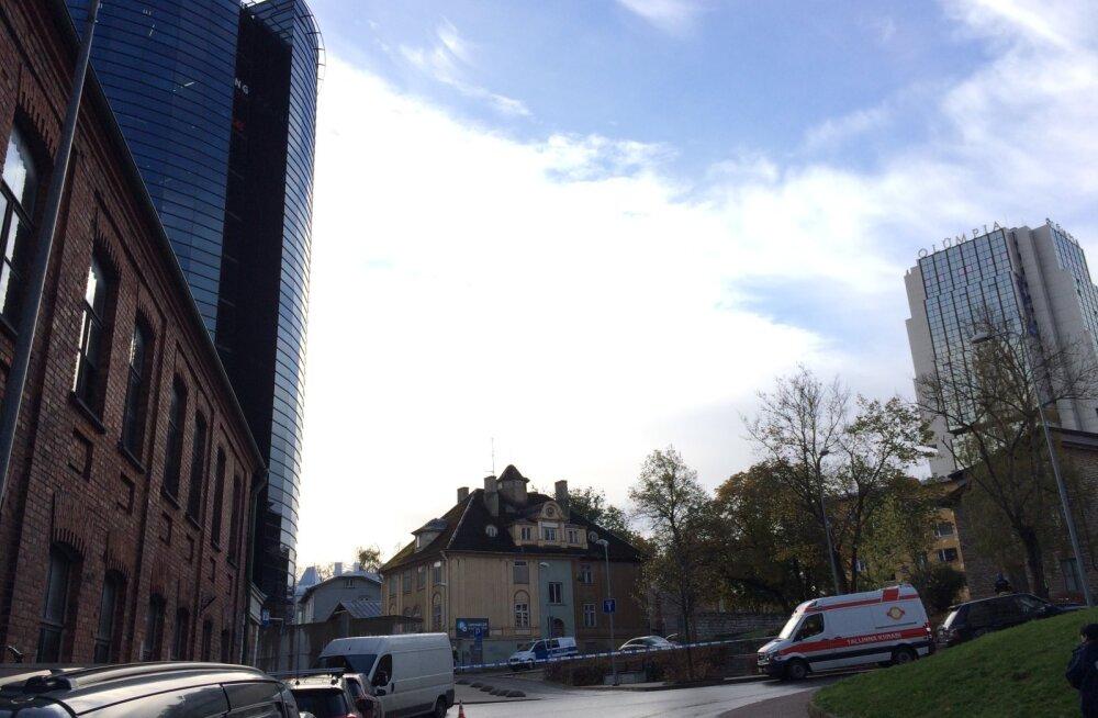 Pommikahtlus Tallinna südalinnas: Maakri tänaval kontrolliti musta kohvrit