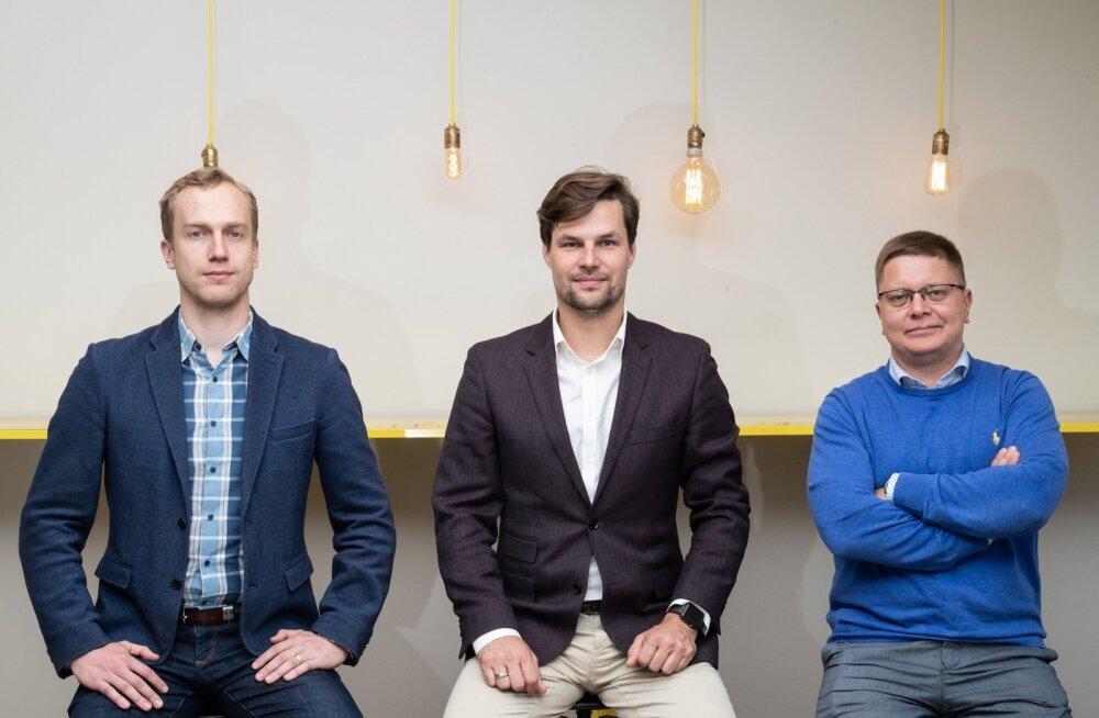 Flowiti omanikud Andres Aavik (vasakul) ja Juhan Pukk (paremal) on koos Harku vallavolikogu esimehe Kalle Pallinguga (keskel) asunud otsima lahendusi, kuidas ametnike tuima tööd juba sellest aastast robotiga vähendada.