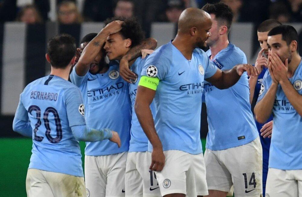 Manchester City mängijad õnnitlevad üksteist värava puhul.