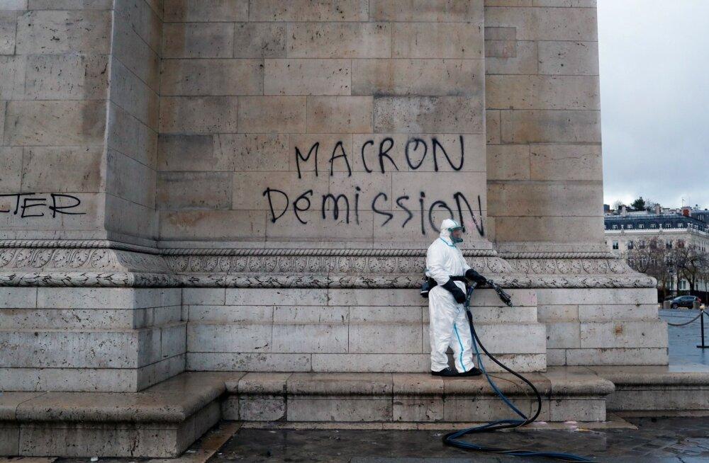 Nädalavahetuse meeleavaldustes sai Pariisi kuulus Arc de Triomphe üleskutse, et Emmanuel Macron tagasi astuks. Pildil puhastustöö pärast meeleavaldust.
