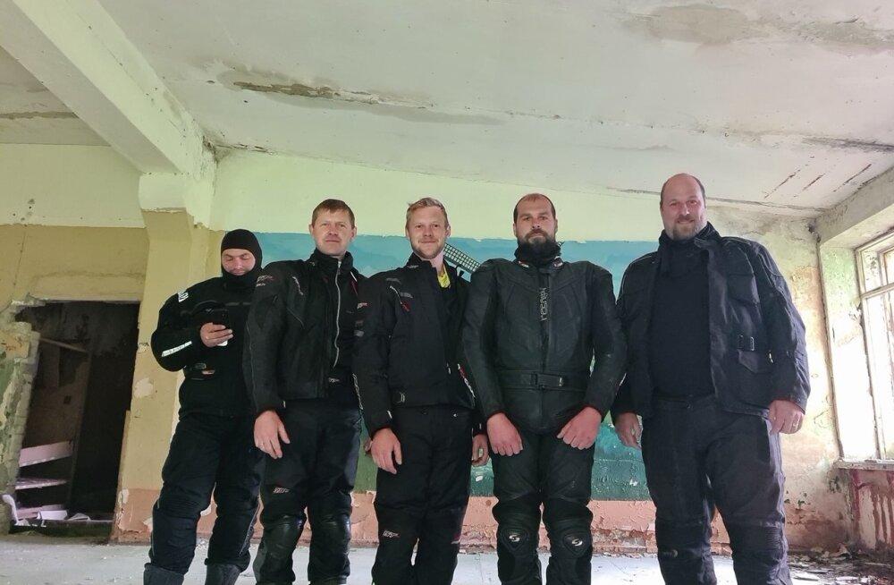 Viimane pilt sõpruskonnast. Paremalt Virgot Rägastik, Rando Rohtväli, Teet Tetsmann, Tanel Tetsmann, Tõnis Uutar.