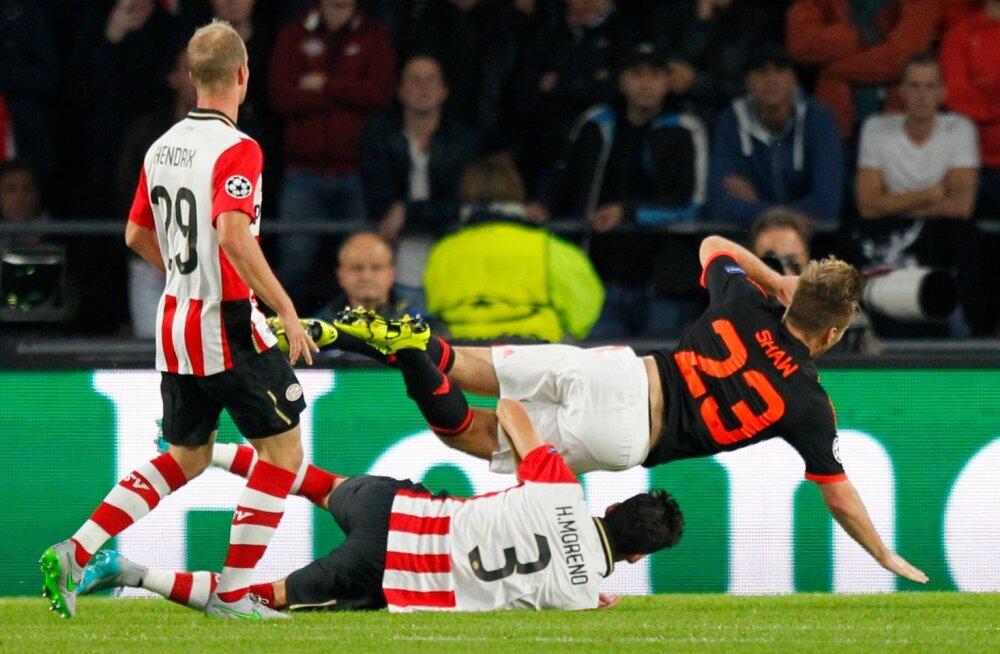 Kena žest: PSV fännid saatsid raskelt vigastada saanud Manchester Unitedi kaitsjale lilli