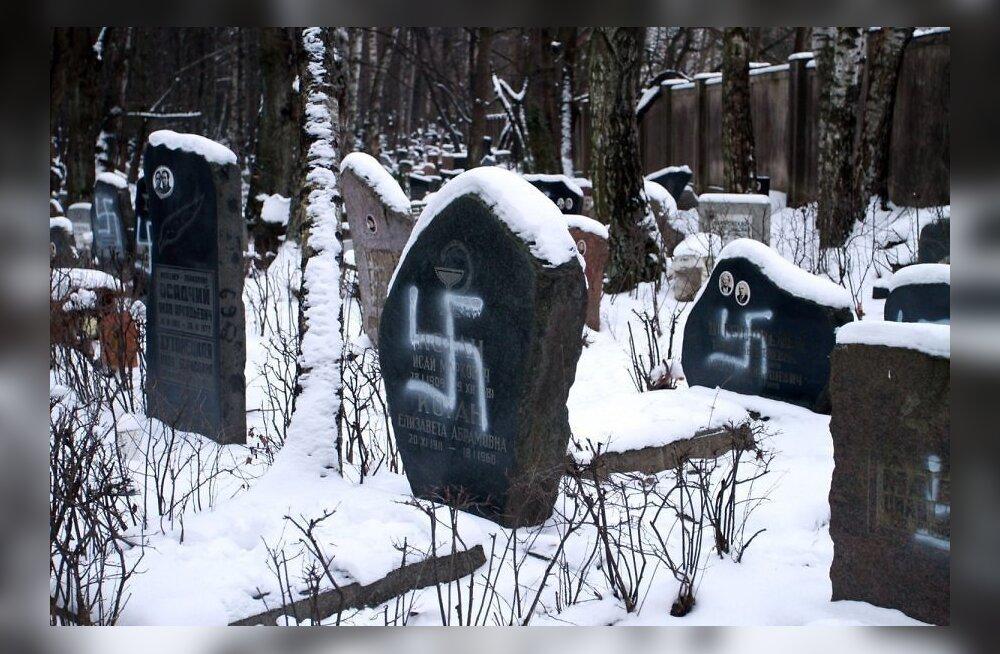 Пойманы скинхеды, осквернившие еврейское кладбище в Риге