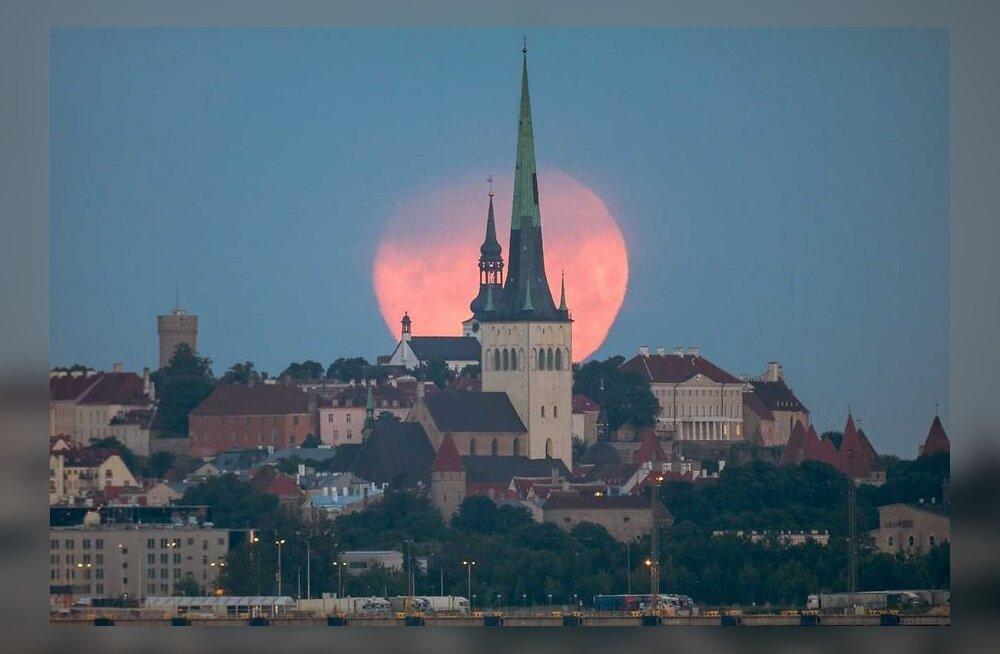 ФОТО: Минувшей ночью на Таллинн пролила свет розовая луна