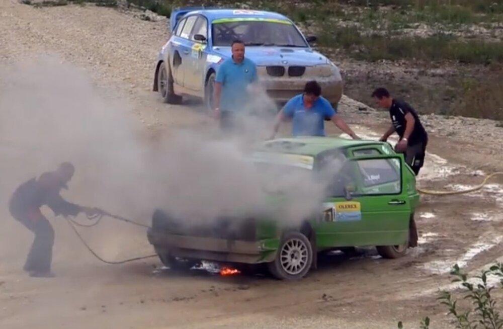 VIDEO | Kehalas süttis rallikrossi ajal auto põlema