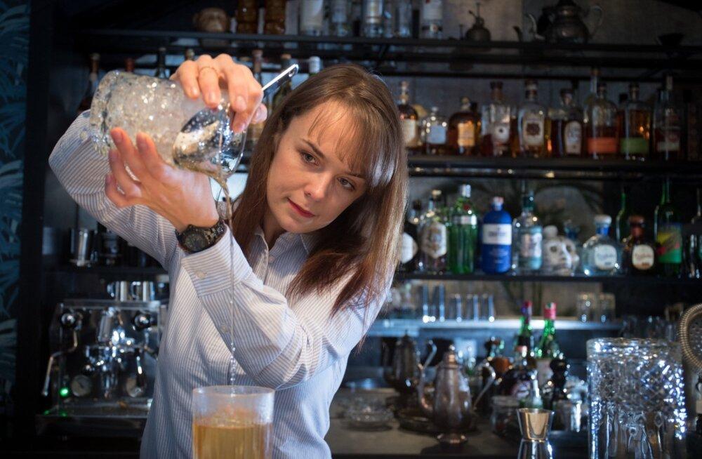 """Kõik Whisper Sisteri alkoholiriiulis olevad joogid on teinud läbi pimedegustatsiooni. """"Ükski jook ei ole valitud brändi järgi,""""kinnitab baari mänedžerja üks omanikke Ira Jelizarova. Tooraine peab olema värske ja kvaliteetne."""