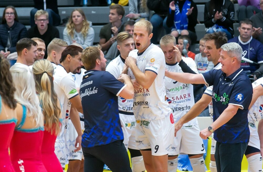 Saaremaa VK mängijate tutvustamine. Martin Vahimets ja Urmas Tali kütavad mehi üles.
