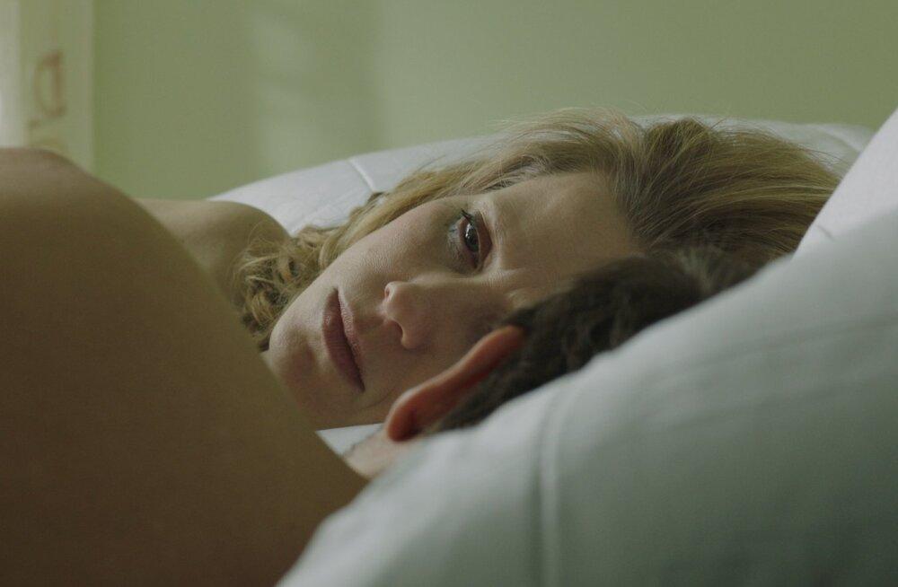 Viivit (Katariina Unt) ja Andrest (Ivo Uukkivi) ühendab üksindus.