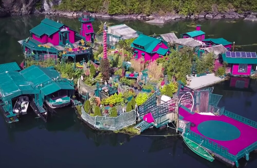 ФОТО: Семейная пара из Канады построила плавучий дом-остров