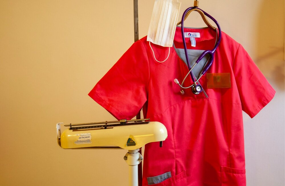 Perearsti riided riidepuul, stetoskoop