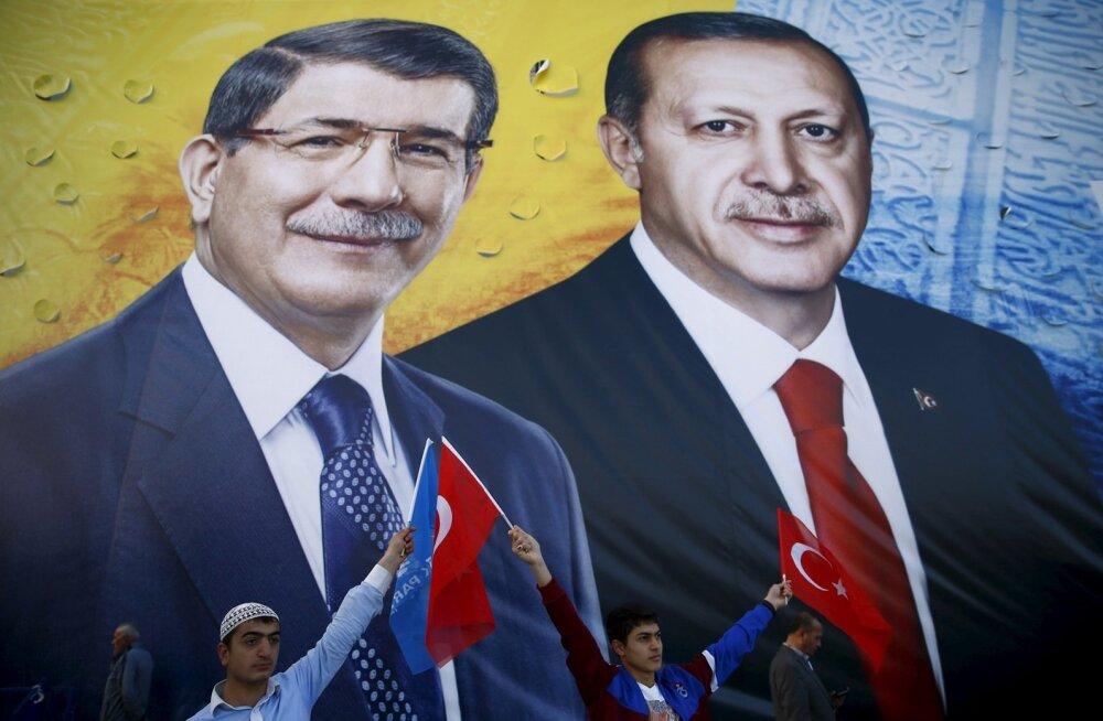 Võimuvõitlus Türgis: peaminister Davutoğlu kaalub meedia teatel tagasiastumist