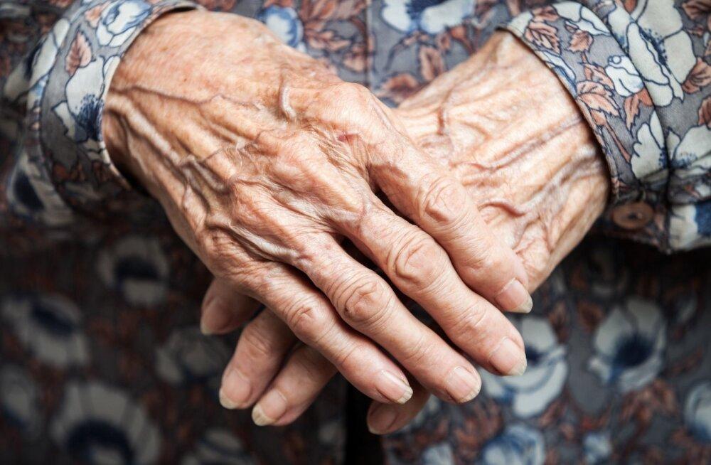 Семейная судебная сага: солидный банковский счет 92-летней женщины безнадежно рассорил ее с родственниками