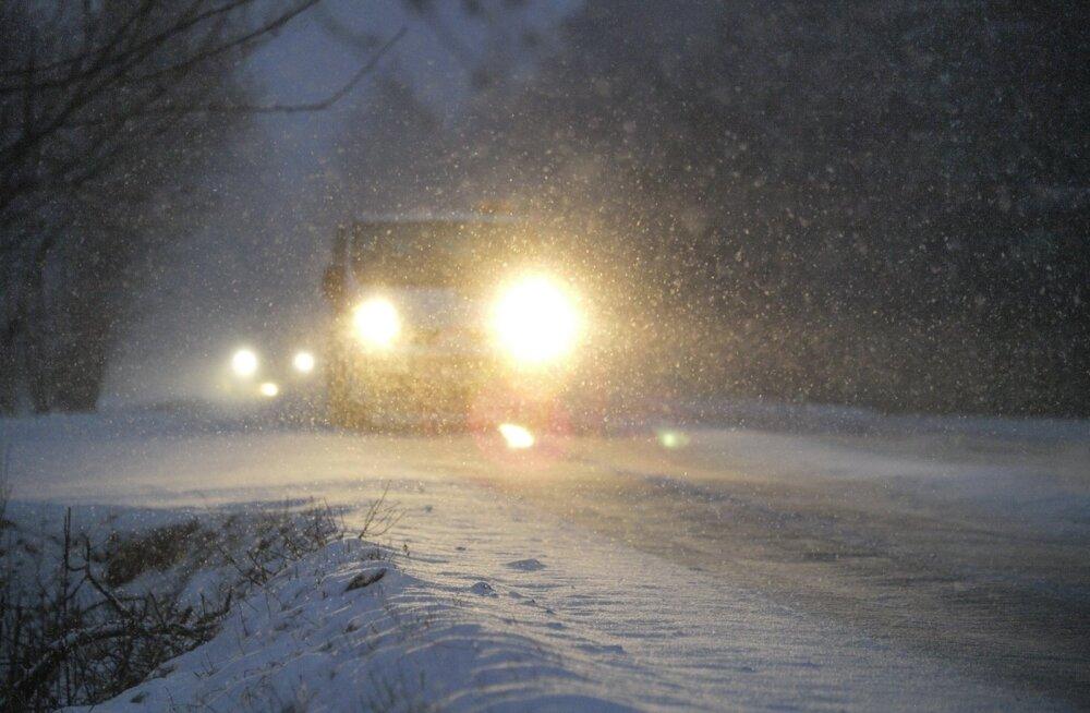 Autod lumisel teel