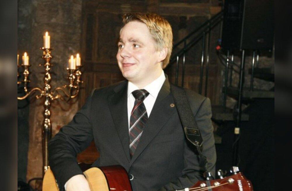 Karel Rüütli soojendab kitarrimänguoskust