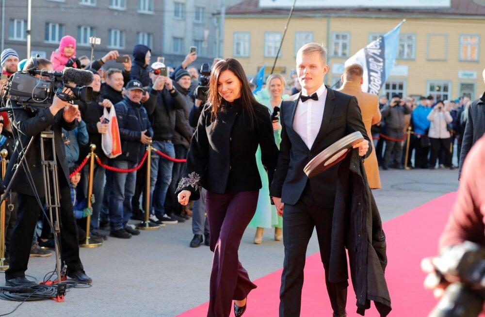 Ott Tänak saabub filmi esilinastusele koos abikaasa Janika ja filmirulliga, mille ta transportis kesklinna oma Toyota WRC-autoga