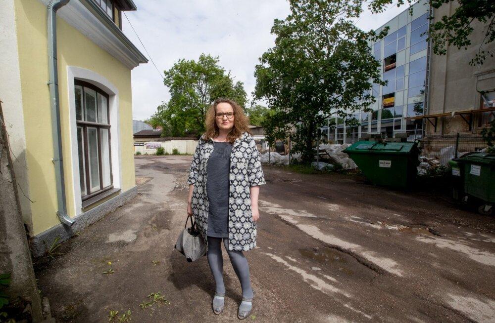 GAG uus koolihoone on Sandra Jõgeva kollase kodumaja tagahoovis. Kohtuteed ärgitas teda esiti ette võtma see, et ehitustöödeks ei küsitud naabritelt luba.
