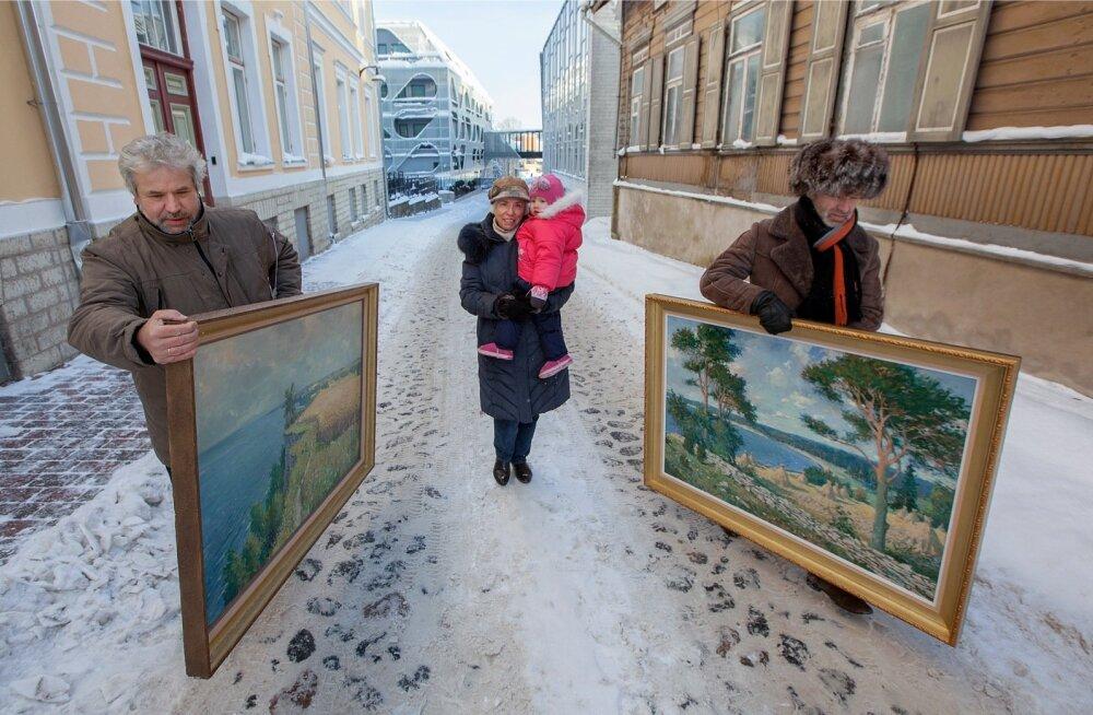 Richard Uutmaa taassündinud maalid teel Rakvere Galeriisse. Kandjateks galerii vedaja Raivo Riim (paremal) ja loo autor, keskel aga kunstiajaloo taaslooja, restauraator Tiiu Veersalu koos lapselaps Mariga.