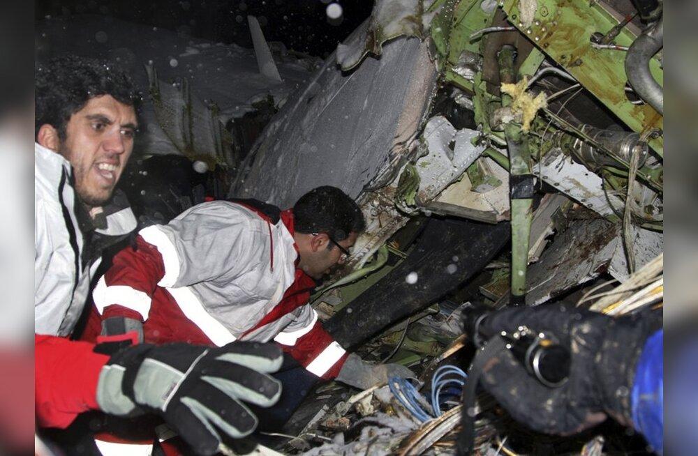 Iraani lennuõnnetuses hukkunute arv suurenes 77-ni