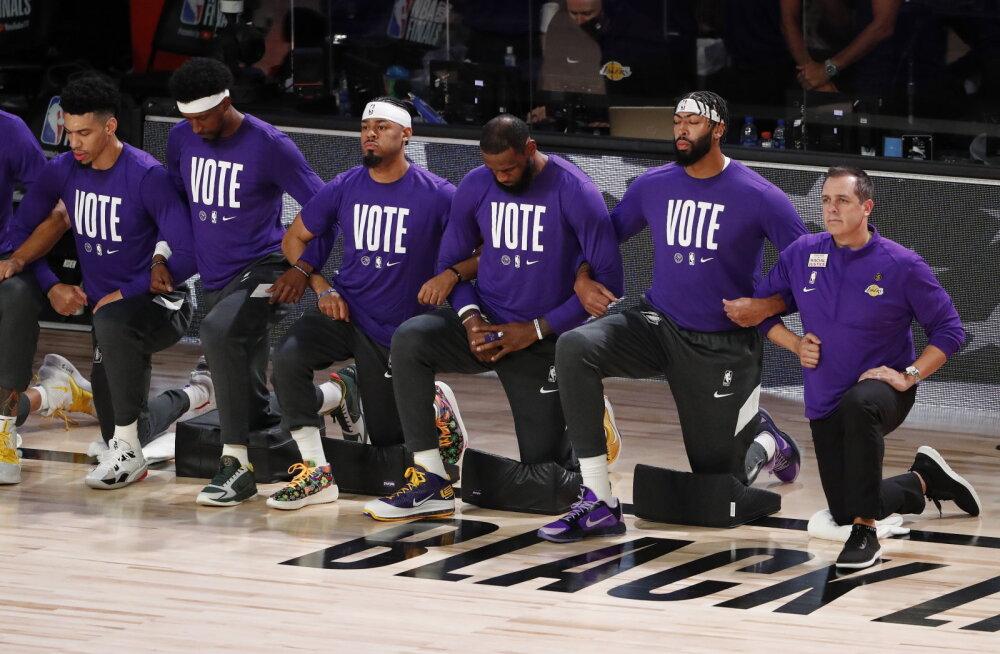 Los Angeles Lakersi mängijad põlvitamas
