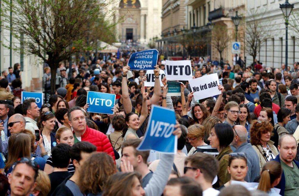 """Pühapäeval ja teisipäeval toimusid Budapestis ülikooli toetuseks tuhandete osalejatega meeleavaldused, mille põhiloosung oli """"Veto""""."""