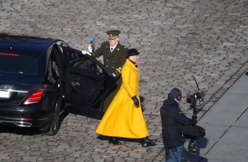 ФОТО | Керсти Кальюлайд любит желтый цвет! На парад в честь ЭР102 президент надела пальто Iris Janvier