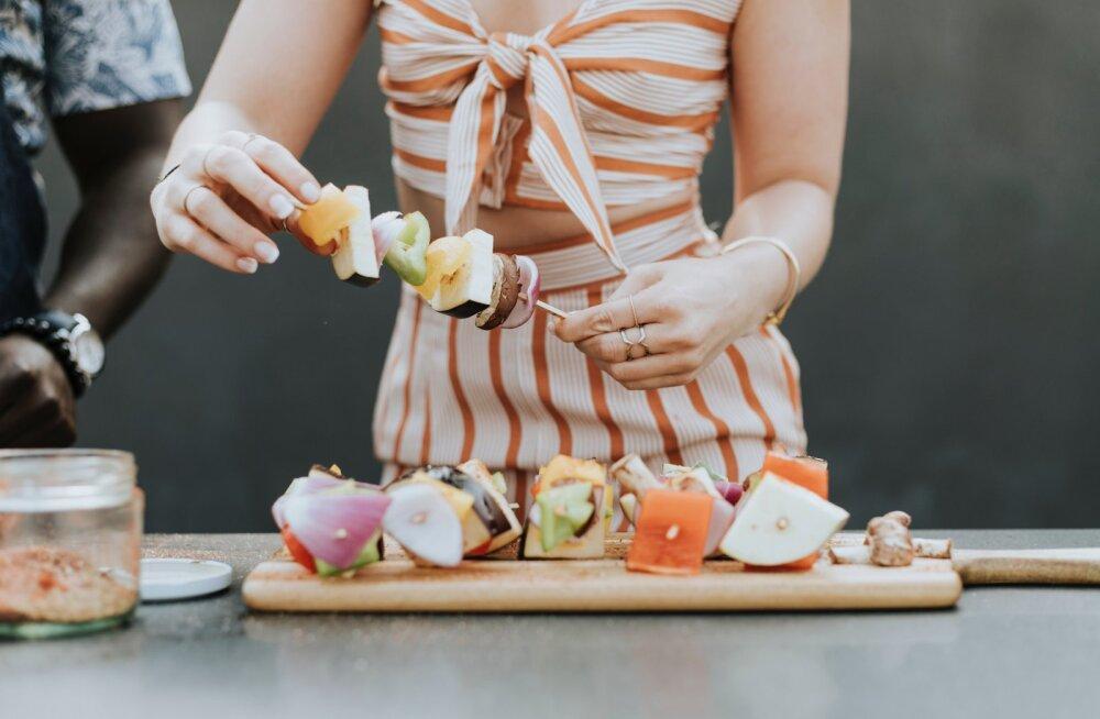 Šašlõkk maitseb, aga kardad, et lähed paksuks? Toitumisnõustaja annab nõu, kuidas sel suvel kaunis figuur säilitada