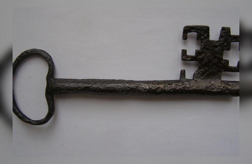 Kõlleste vallas leiti maaharimise kõigus põllult vana võti. Foto: Põlva Talurahvamuuseum
