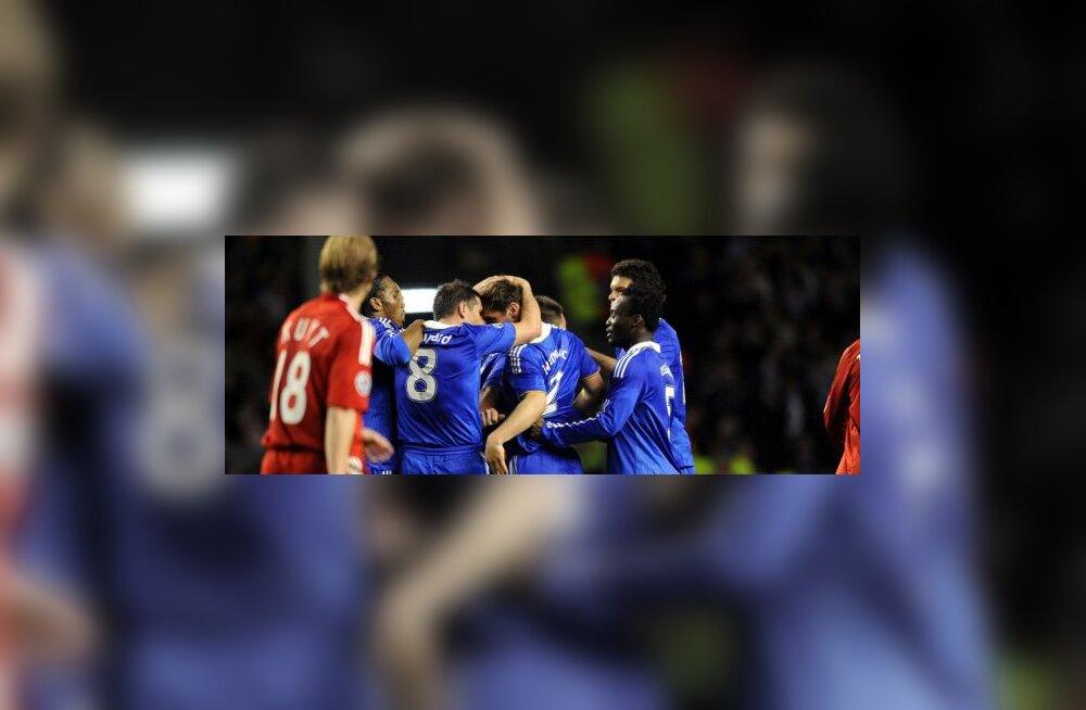 Branislav Ivanovic võtab vastu Chelsea mängijate õnnitlusi,