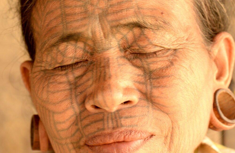 Tätoveeritud nägudega naised