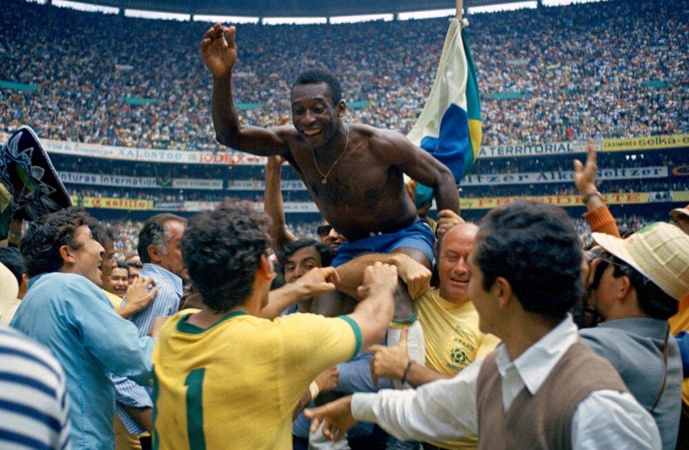 Pele tähistamas 1970. aasta MM-tiitlit.