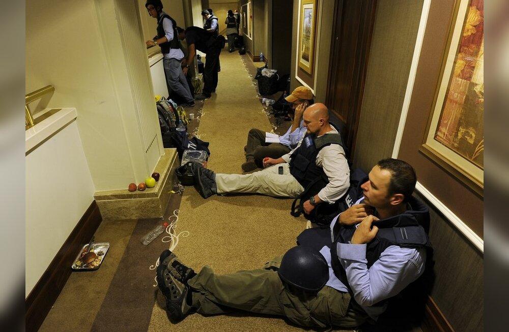 Ajakirjanikud Tripolis lahingutest varjus