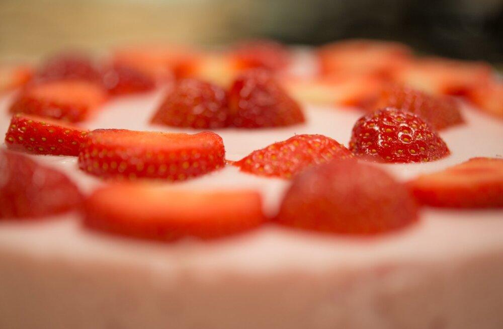 RETSEPT | Eesti maasikad on lõpuks müügil! Siin on üks imeline maasika-toorjuustukook, mida just nüüd proovida