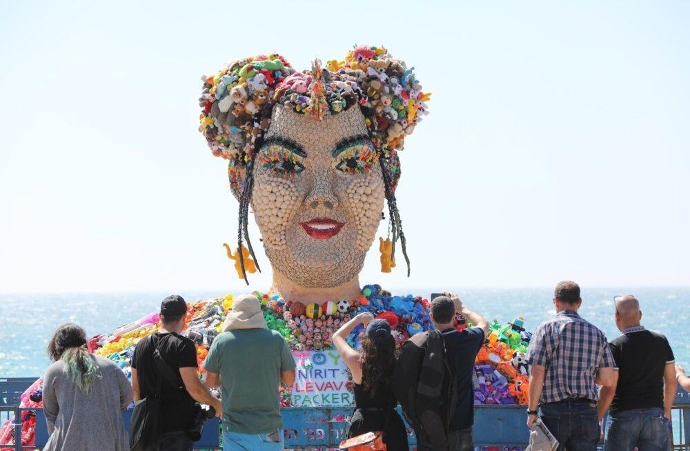 Inimesed imetlevad Iisraeli kunstniku Nirit Levavi poolt tuhandetest laste mänguasjadest tehtud kuju laulja Neta Barzilaist, kelle mullune võit tõi Eurovisiooni lauluvõistluse Tel Avivi.