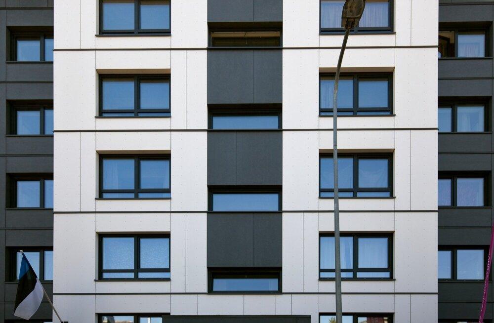 Hoone välisfassaad koosneb soojustatud paneelidest, mis valmistati tehases. Kui eeltööd on tehtud, võtab ühe 3 × 10 meetri suuruse ploki paigaldamine aega vaid veerand tundi.