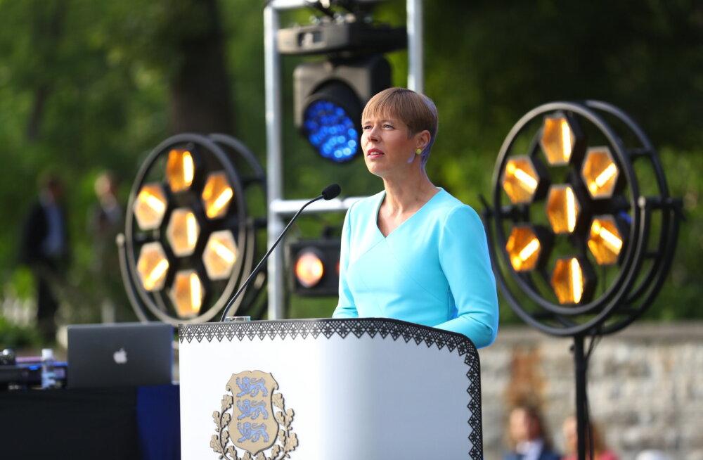 Президент Кальюлайд: стоять со слезами под сине-черно-белым флагом намного радостнее, чем с защитной маской на лице в автобусе