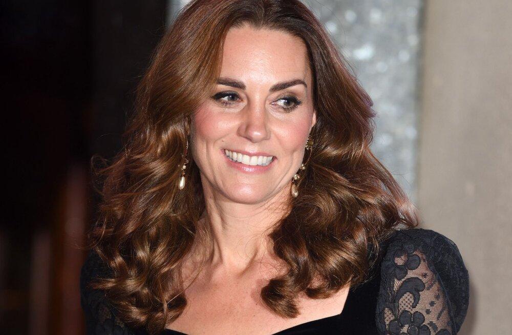VIDEO | Probleemid paradiisis? Kate Middletoni külm reaktsioon prints Williami hellitusele on internetis kiirelt levima hakanud