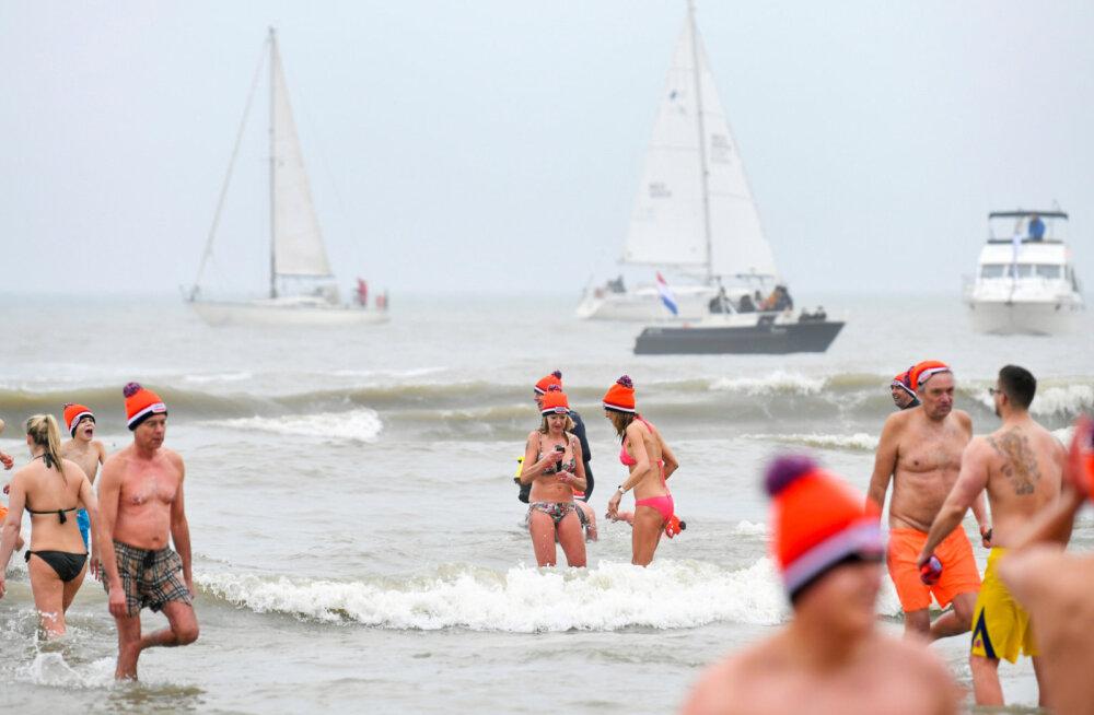 ВИДЕО: В ледяное море окунулись тысячи человек. Как в Нидерландах отпраздновали Новый год