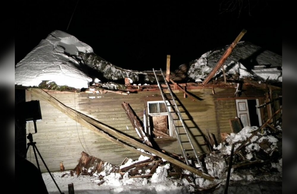 FOTOD: Jõgevamaal varises kokku elumaja katus, rusudest päästeti naine