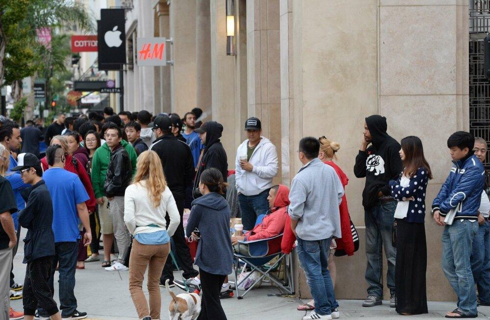 Inimesed Californias Pasadenas Apple'i poe taga iPhone 6 soetamise järjekorras.